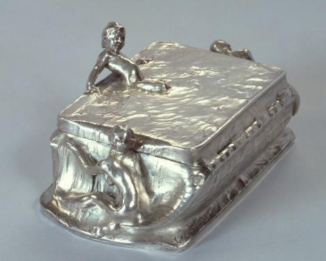 Coffret à bijoux en argent par Eriksson représentant une petite fille s'immergeant dans un bassin qu'elle fait déborder, encadrée par une figure masculine et une figure féminine. 1897. Dimensions : larg. 16,5 cm, prof. 7,2 cm, haut. 9,5 cm. Isabella Stewart Gardner Museum, Boston.