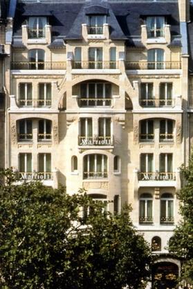 Le « Vuitton Building », 70 avenue des Champs-Élysées, construit en 1912 par Louis Bigaux.