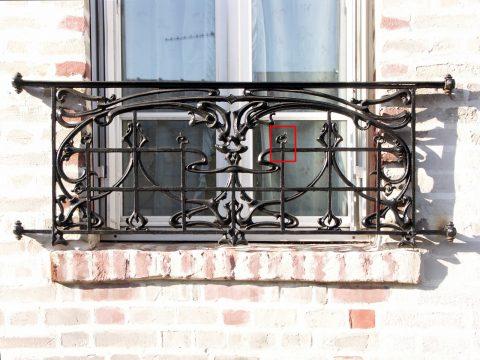 Balcon BP des Nouvelles Créations de la fonderie de Saint-Dizier, rue Garibaldi à Montreuil (93) sur un immeuble non daté et d'architecte inconnu.
