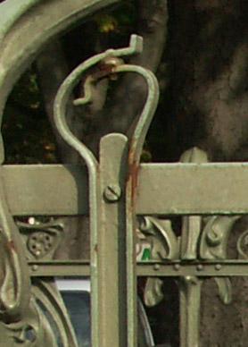 Détail de la balustrade d'un entourage découvert du métro de Paris par Guimard, station Nation.