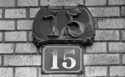 Plaque de numéro de maison du 15 avenue Perrichont. Photo Georges Vigne.