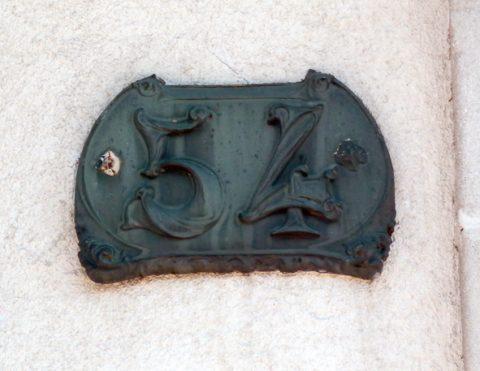 Plaque de numéro de maison dans les Vosges. Photo Patricia Gury.