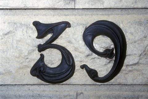 Plaque de numéro de maison en Haute-Marne. Cette fois, c'est un chiffre 6 qui est posé à l'envers en place d'un chiffre 9.