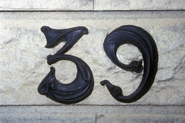 Hector Guimard - Plaque de numéro de maison en Haute-Marne. Cette fois, c'est un chiffre 6 qui est posé à l'envers en place d'un chiffre 9.
