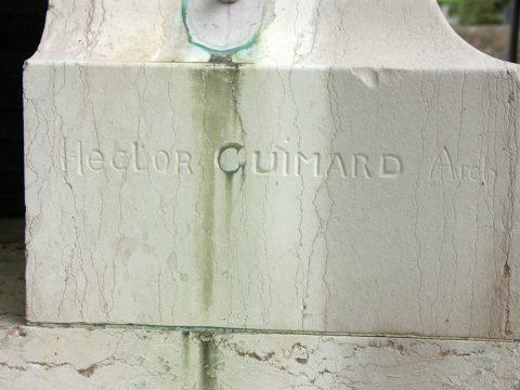 Signature « Hector Guimard Arch » sur le pied droit de la façade.
