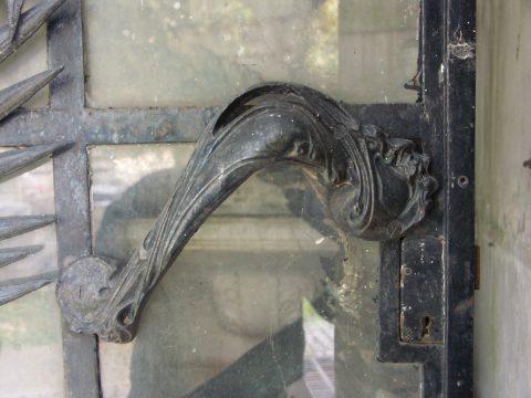 Poignée de porte GB sur la porte de la sépulture Grunwaldt.