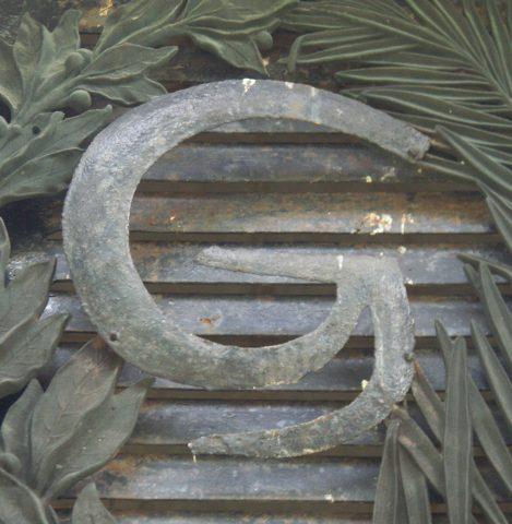 Initiale G sur l'imposte de la porte de la sépulture Grunwaldt.