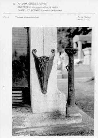 Fiche de l'Inventaire général d'Ile-de-France. 1992. Le porte-bouquet fixé sur le pied de la façade reçoit la dénomination de « torchère ».