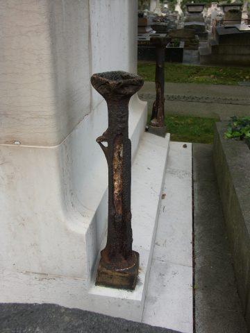 Pilastre porte-bouquet du coin arrière gauche en 2013.