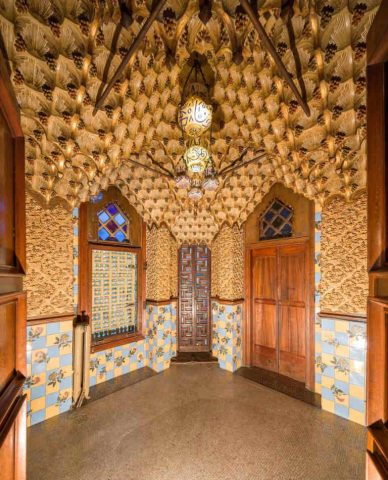 Le fumoir. État avant restauration : les alvéoles du plafond en carton-pâte avaient été repeintes en doré. © Casavicens.org.