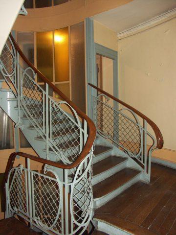 Balustrade garnie de grillage de l'escalier de l'immeuble Louis Jassedé, 120 avenue de Versailles. Hector Guimard, 1903. Coll. part.