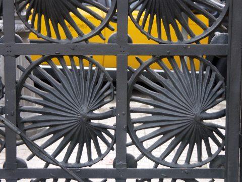 Une partie de la grille de clôture de la Casa Vicens, coté intérieur, déplacée au Park Güell. Coll. part.