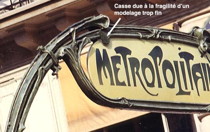 Un porte-enseigne défaillant sur les entourages découverts du métro