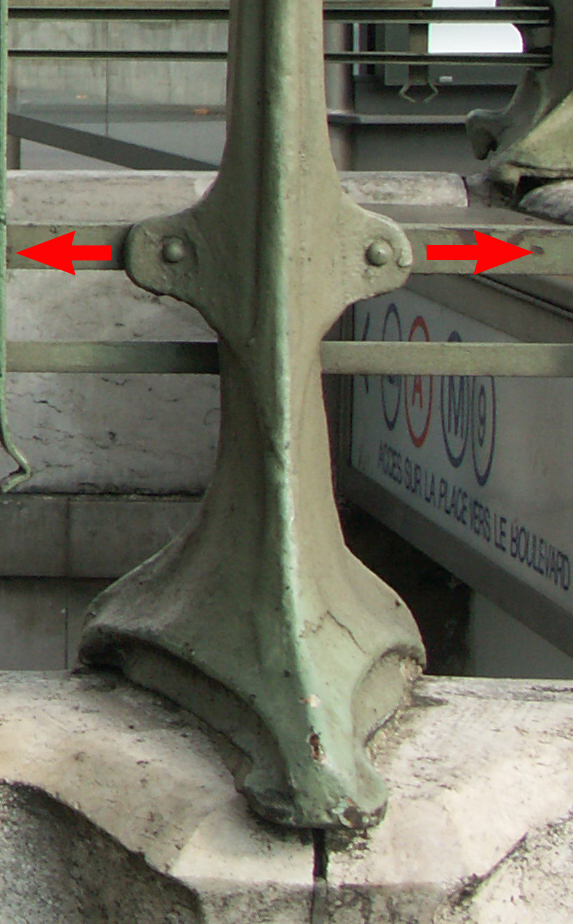 Une probable modification de la fixation des arches sur les piliers des entourages du métro. Idée de déformation de la matière.