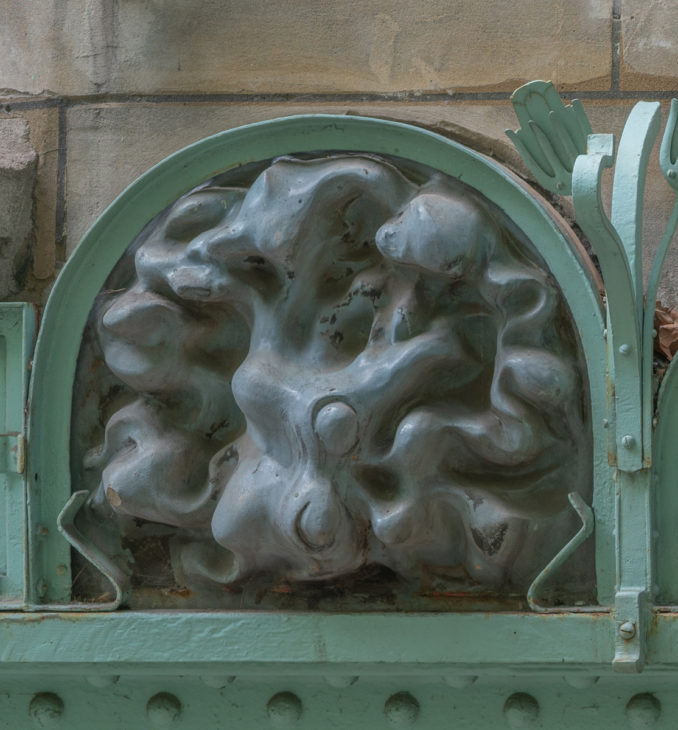Trois décors en grès émaillé de Guimard - Première partie : le panneau du chat faisant le gros dos du Castel Béranger