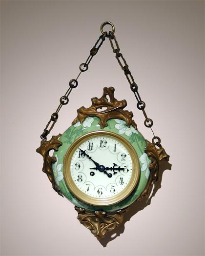 Petit modèle. En vente à la Macklowe Gallery, New York en 2004. Attribué à Guimard, partie en faïence de Keller & Guérin, prix non indiqué.