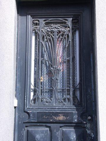 Panneau de porte GB sur une porte de maison de ville des années 20 ou 30 à Montreuil.
