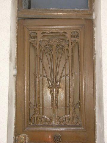 Panneau de porte GB sur une porte de maison de ville des années 20 ou 30 à Bagnolet.