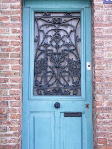 Panneau de porte DL issue du catalogue des « Nouvelles Créations » de Saint-Dizier sur une porte de maison de ville des années 20 ou 30 dans la banlieue Est de Paris.