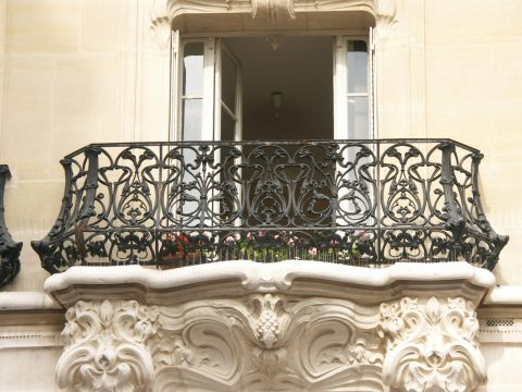 Grand balcon galbé E, des Nouvelles Créations (pl. 26), immeuble à l'angle de l'avenue Félix Faure et de la rue de l'Église à Paris, XVe, par Alfred Wagon, 1905.