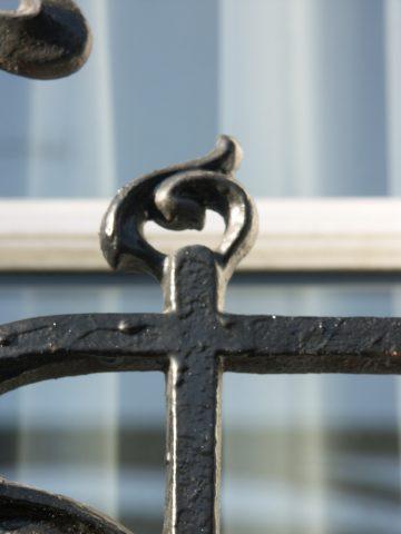 Détail d'un balcon BP des Nouvelles Créations de la fonderie de Saint-Dizier à Montreuil (93) sur un immeuble non daté et d'architecte inconnu.