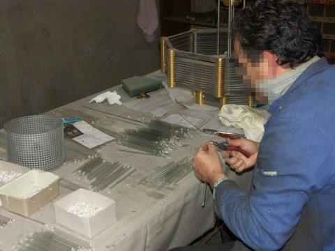 OFAR, recoupage à chaud des tubes en verre et insertion des fils métalliques.