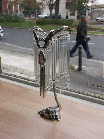 Variation sur le modèle de lampe à poser, créé par SOFAR dans le style de Guimard. Photographiée en 2009 dans la vitrine du magasin de SOFAR. Elle comporte un médaillon placé au centre.