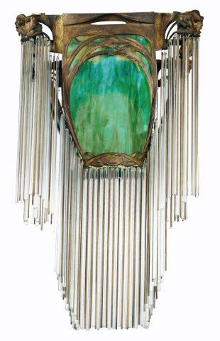 Lustre (copie moderne), vente Sotheby's Paris, 16 février 2013 (lot n° 91, estimation 12-18 000 €). Il comporte une plaque de verre américain moderne.