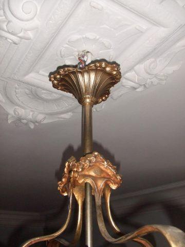 Cache-bélière du même lustre en collection privée, photographié par l'actuel propriétaire.