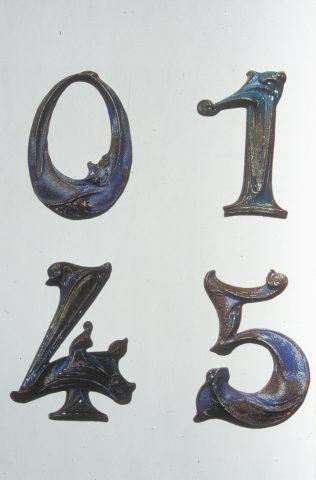Chiffres 0, 1, 4 et 5 d'une collection privée. Catalogue de l'exposition Art Nouveau 1890-1914, Londres, 2000, p. 268.