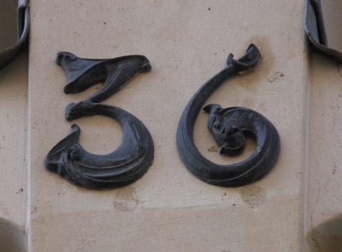 Numéro de maison du 36 rue Greuze (Paris XVIe) en 1927-1928. À noter que Guimard commet ici la même erreur que l'annonceur d'eBay et fait mettre en place un chiffre 9 à l'envers en place du chiffre 6.
