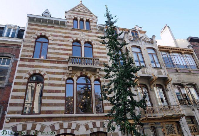 A gauche, le bâtiment de Brunfaut. A droite, le bâtiment de Horta.