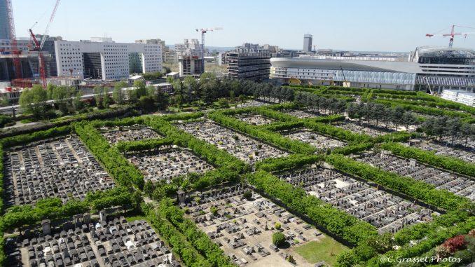 Le cimetière nouveau de Neuilly-sur-Seine. Photo prise depuis la terrasse supérieure de l'immeuble Le Palatin à la Défense.