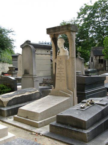 La sépulture Adès au cimetière du Montparnasse (1922).