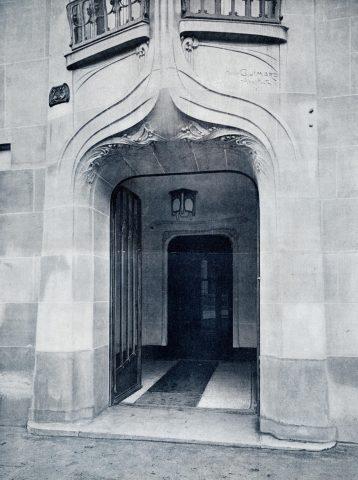 Porte d'entrée de l'immeuble du 43 rue Gros à Paris par Guimard (1909-1911). L'arc du linteau est bien un arc en accolade mais n'est pas un arc outrepassé comme sur la sépulture Grunwaldt. La Construction Moderne, 9 février 1913.