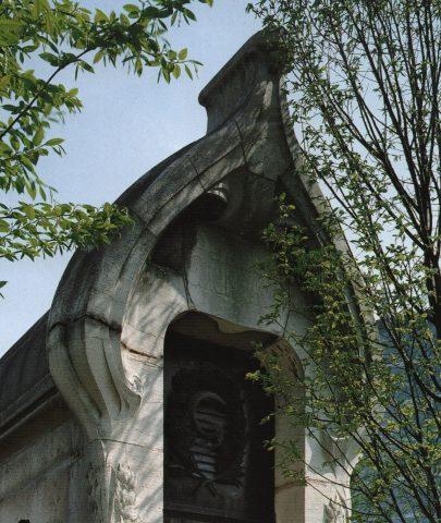 Fronton de la sépulture Grunwaldt. Photo Felipe Ferré (détail).