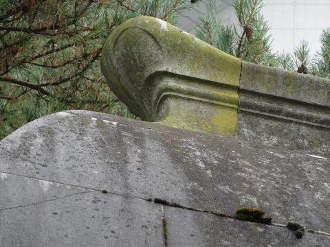 Ligne faitière du monument à sa partie arrière.