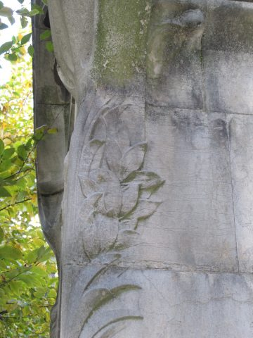 Décor sculpté de palme et de feuilles d'olivier sur un piédroit de la sépulture Grunwald