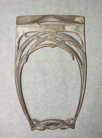 Élément de lustre en bronze avec entrecroisement de lignes évoquant des herbes. Vers 1910. Coll. Part.