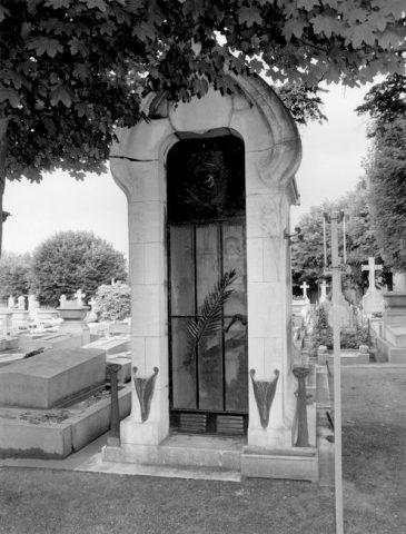 Photographie de la façade illustrant une des fiches de l'Inventaire général d'Ile-de-France consacrée à la sépulture Grunwaldt. 1992.