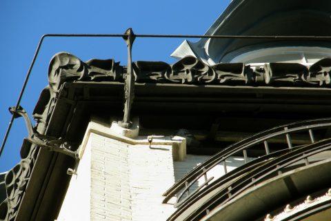 Garde-corps en fonte au niveau des chéneaux de l'immeuble Louis Jassedé, 120 avenue de Versailles. Hector Guimard, 1903. Coll. part.