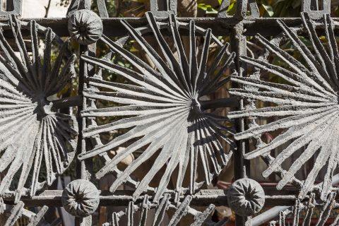 Grille de clôture de la Casa Vicens, coté extérieur. Motifs de palmier en fonte sur armature métallique. État avant les restaurations. © Casavicens.org.