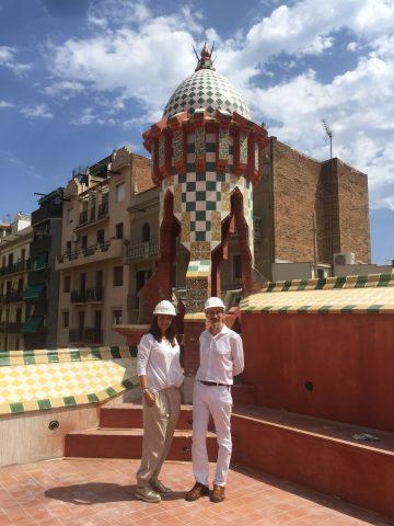 Sur le terrasse en toit de la partie 1925, Mercedes Mora et le trésorier du Cercle Guimard.