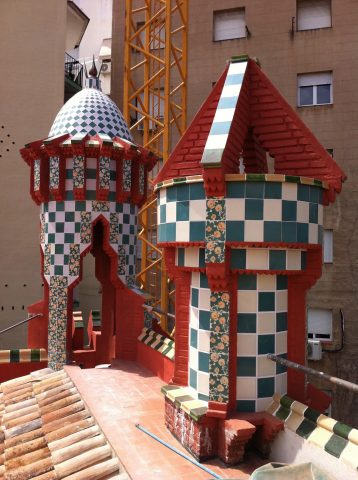 Terrasse de la Casa Vicens. Carreaux en céramique en damier et au motif d'œillet, après restauration. Coll. part.