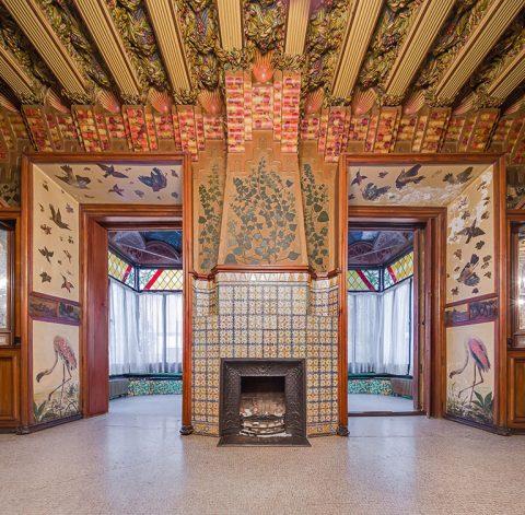 La salle à manger à l'étage noble. Au plafond, coquilles Saint-Jacques et rameaux d'olivier. État avant les restaurations. © Casavicens.org.