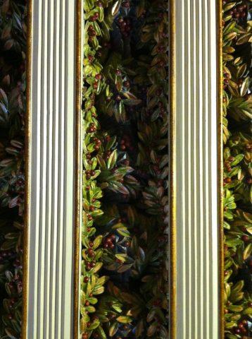 Rameaux d'olivier en céramique entre les solives du plafond de la salle à manger. État après les restaurations. Coll. part.